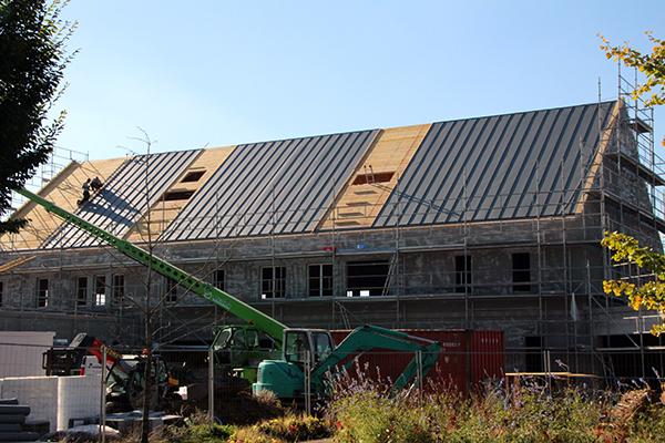La toiture avance bien et prend forme